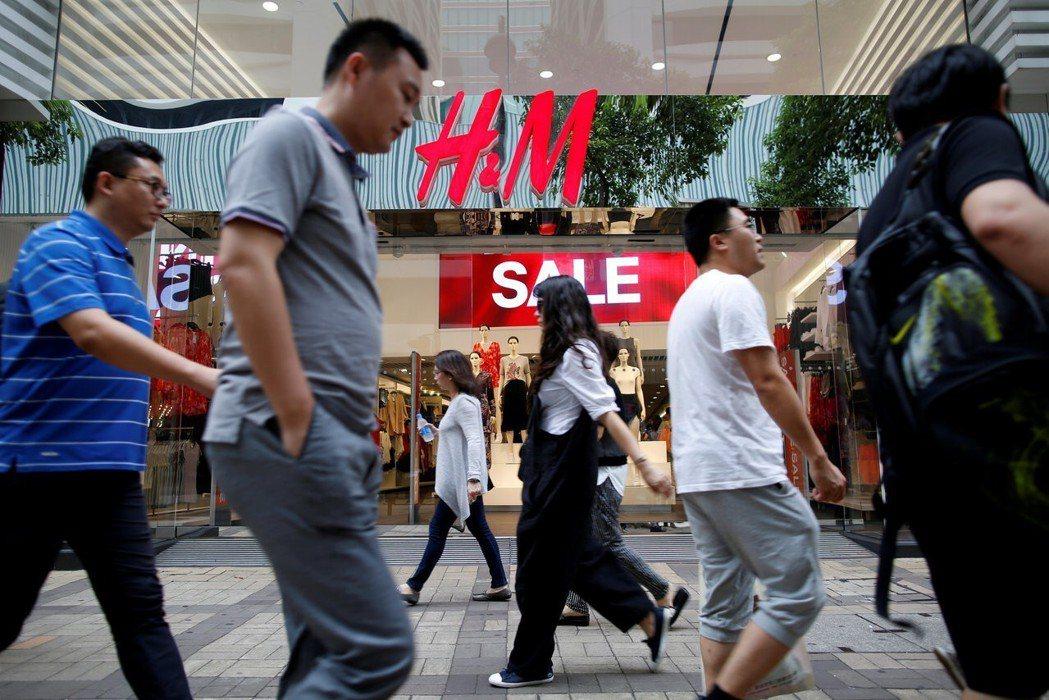 H&M曾經申請多項大陸製的服飾、襪子、女性內衣輸台,但都未能獲得核准。圖為民眾行...