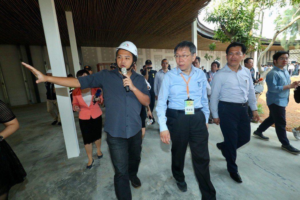 台北市長柯文哲(中)昨率市府團隊到台中參訪,光公開行程就排六場,其中一站到台中花...