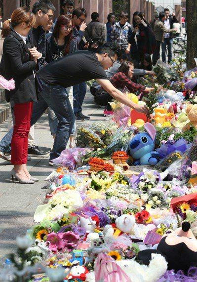 民眾哀悼遇害「小燈泡」。 圖/聯合報系資料照片