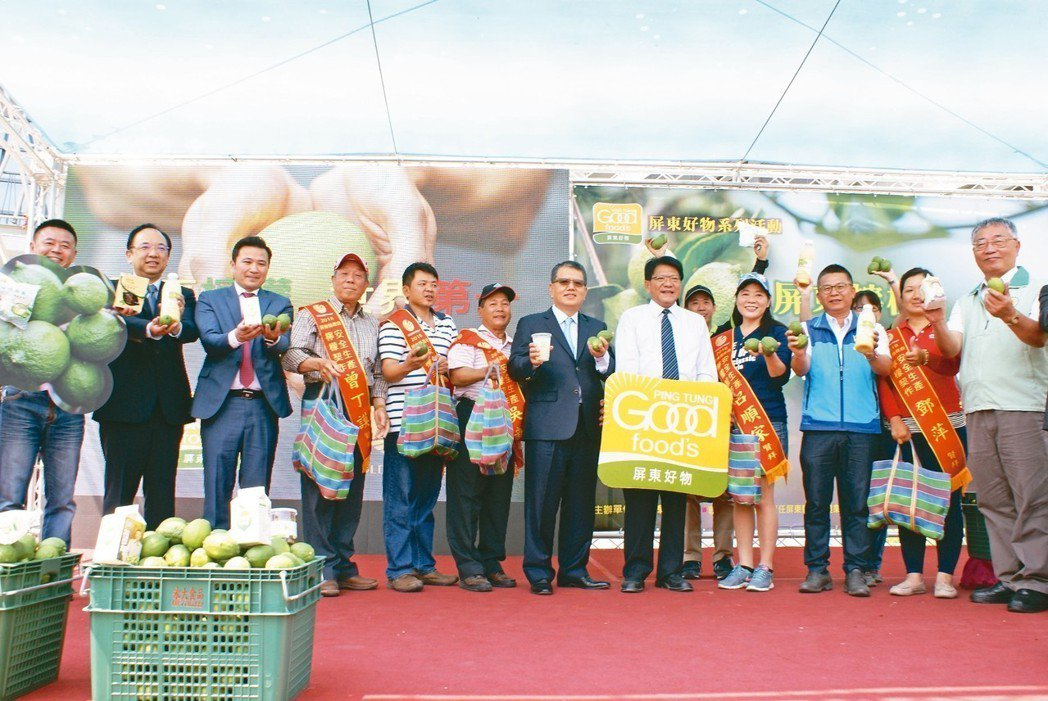 頂新國際集團董事長魏應行(右六)表示,金色大地公司今年將加碼採購屏東5,500公...