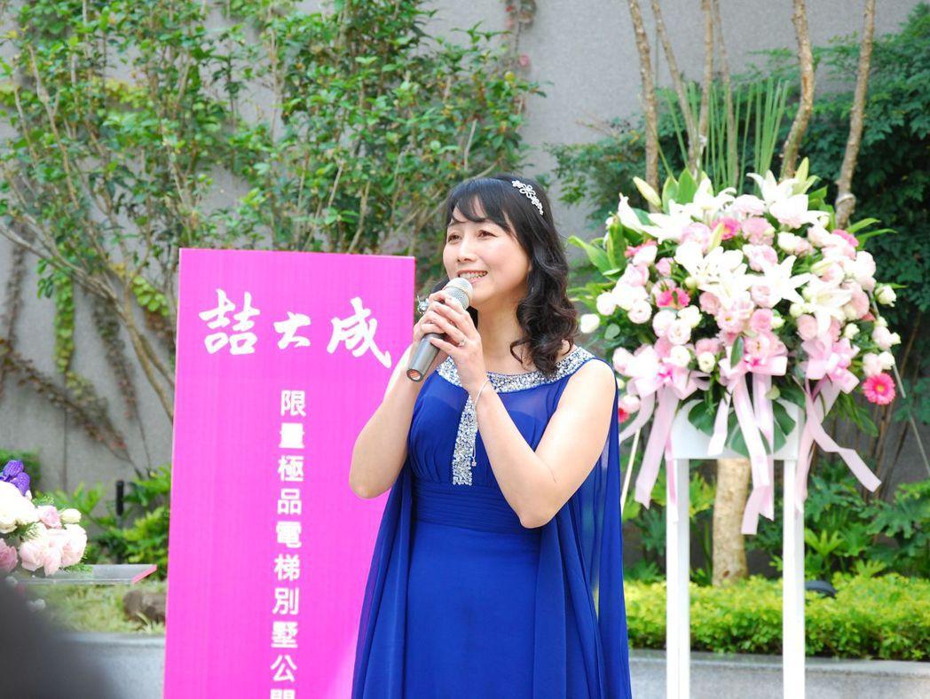 公開活動邀請到女高音姜宜君博士表演「六月茉莉花再開」、德國名曲「乘著歌聲的翅膀」...