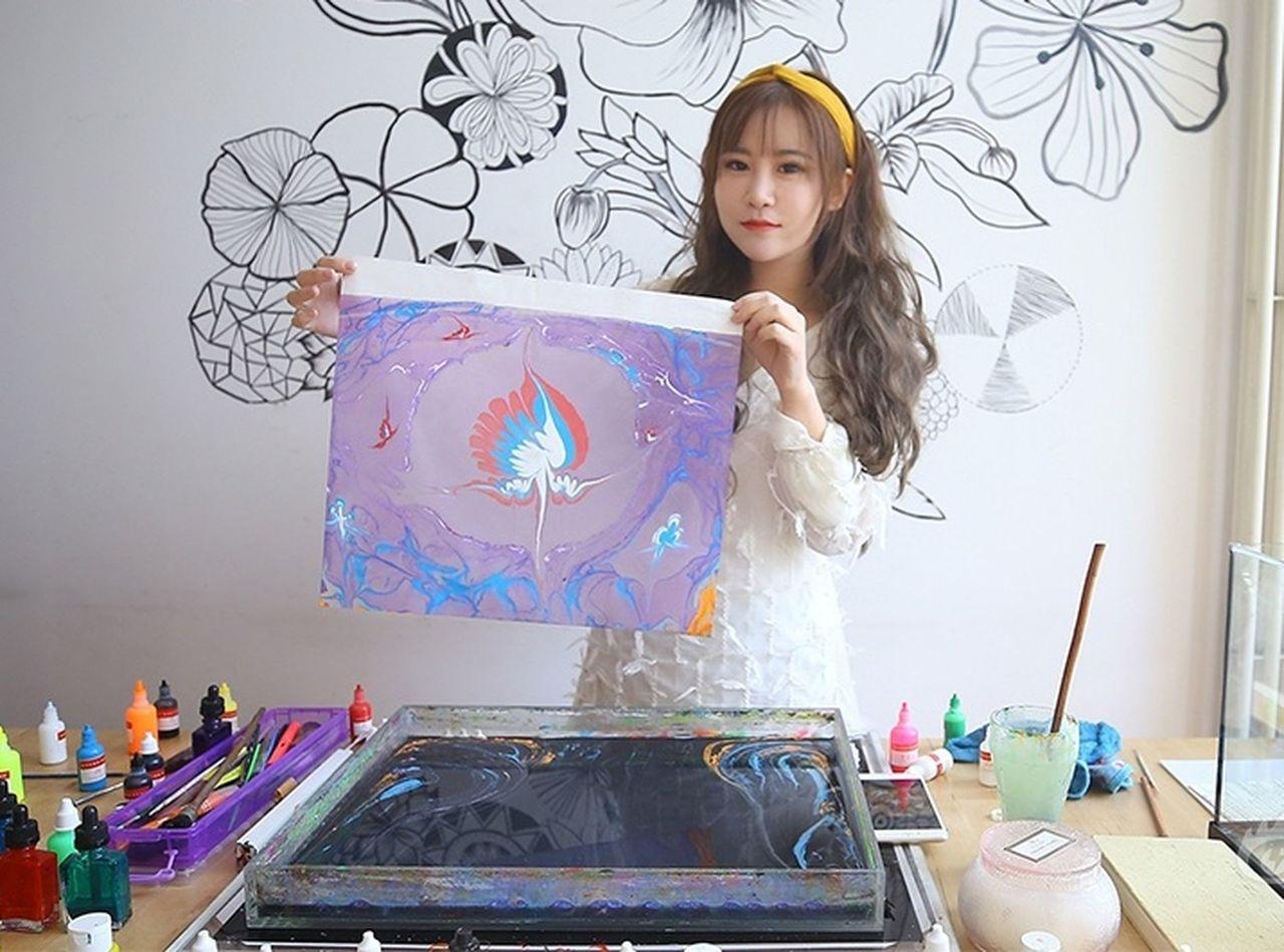 裴梓涵從小就開始學習專業美術,受到一位土耳其水拓畫大師啟發,開始學習水影畫。 世...
