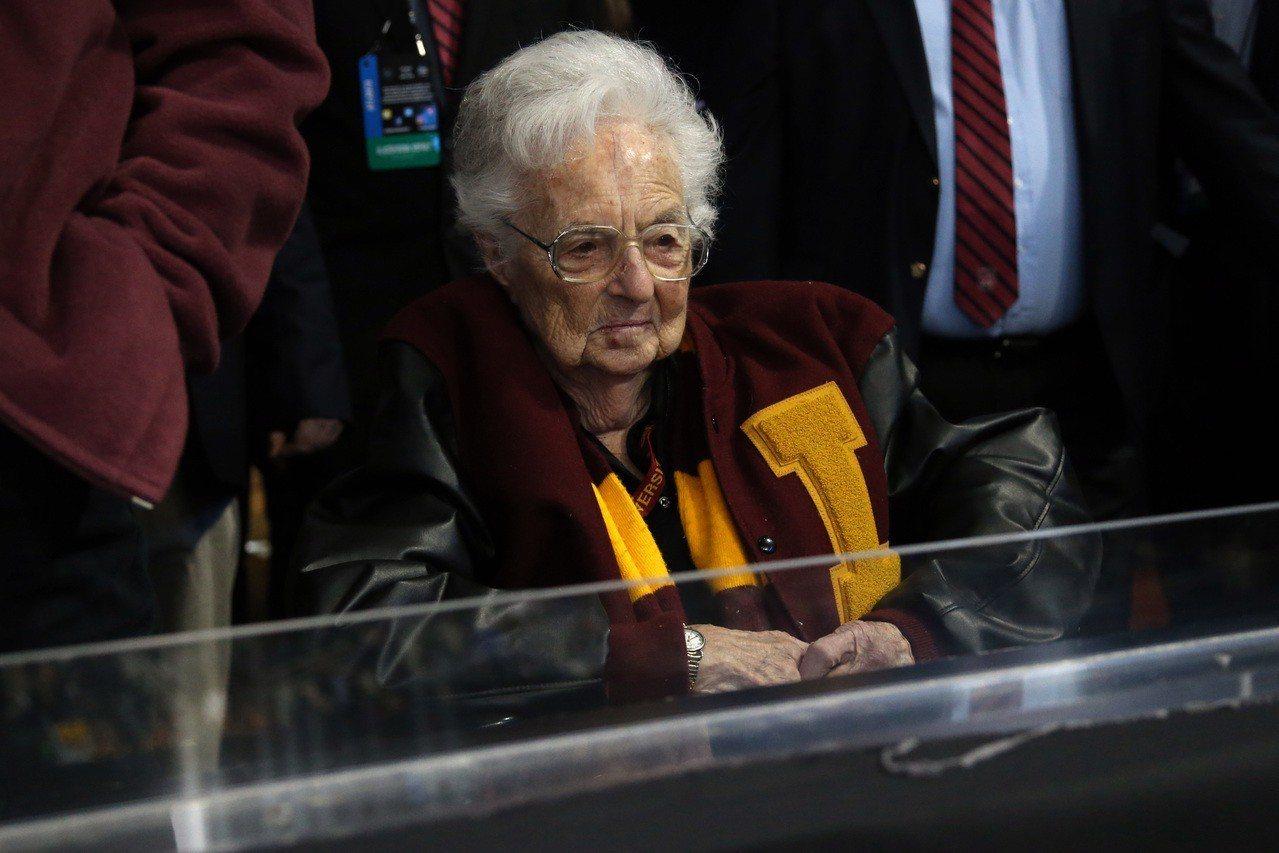 98歲施密特修女是羅耀拉大學的福星。 路透