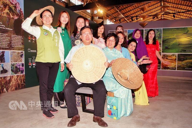 桃園市勞動局打造四國農業文化館,25日落成,市長鄭文燦(前中)說,這次以竹屋造型...