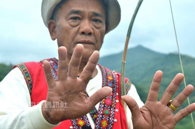台東69歲射箭高手陳明龍因苦練射箭,手上指紋幾乎全被磨光,雖然有時也會造成些許生...