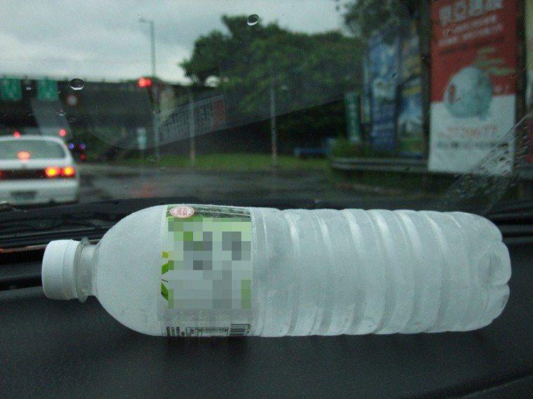 許多駕駛人喜歡在車上放礦泉水。圖/報系資料照