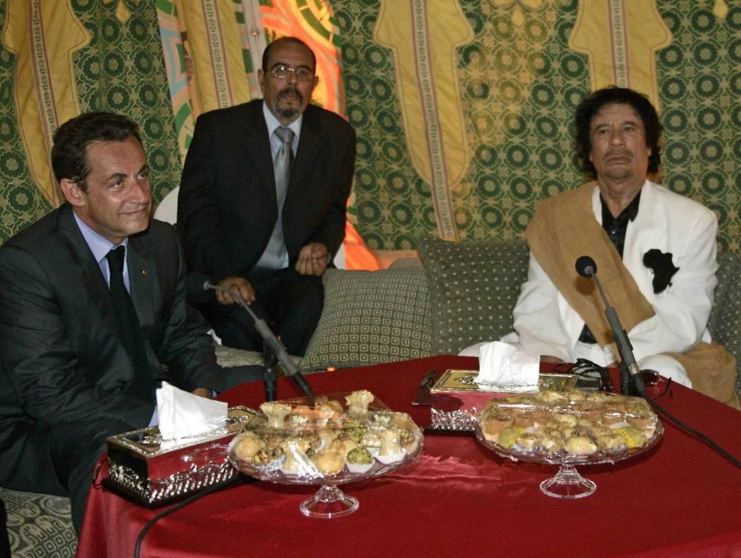 野心勃勃的薩科奇,也透過了蓋昂與塔奇亞丁的斡旋,於2006年10月首度訪問利比亞...