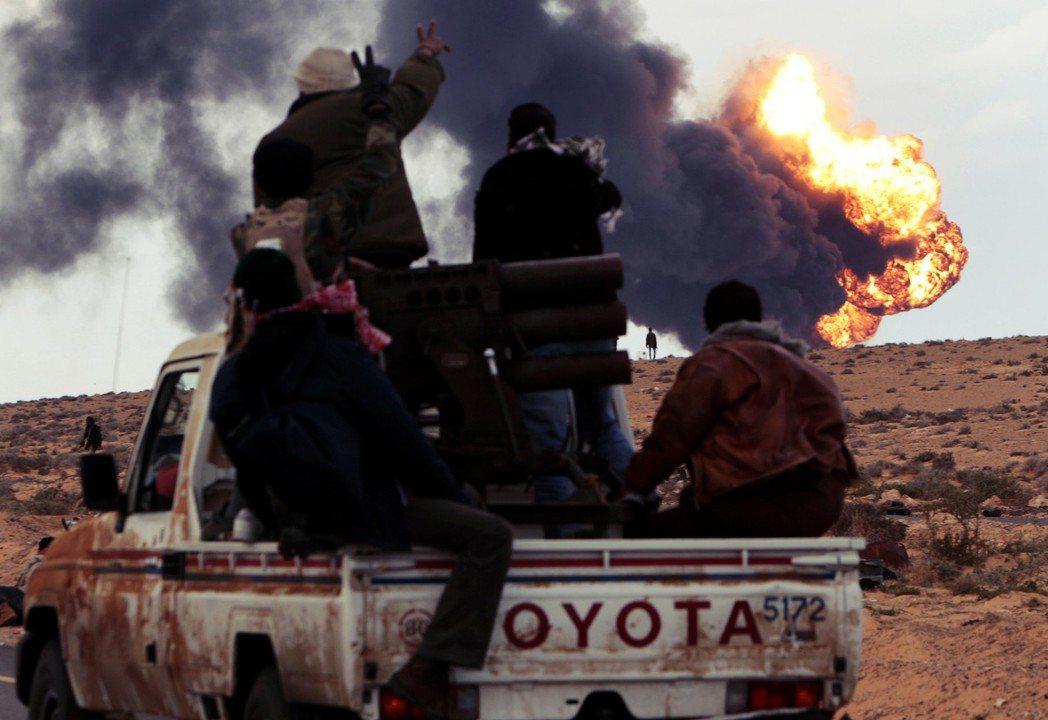 革命之火也在2月15日燒進利比亞,起義民眾迅速地在東部大城班加西成立「利比亞全國...