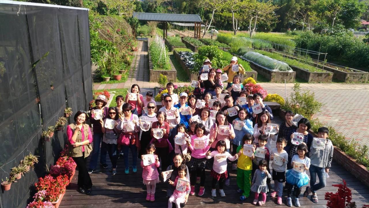 北市大安區公所連續舉辦7年的「走讀大安文化節」昨天最後一場次在台大農場園藝分場進...