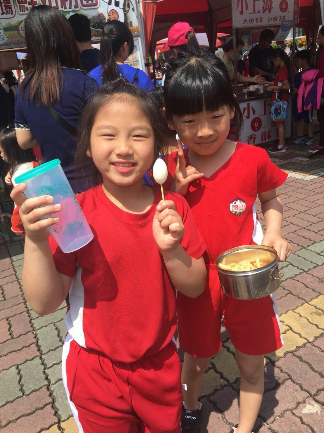 台南崑山國小昨天校慶,孩子以環保杯及餐具,落實愛地球的行動。圖/崑山提供