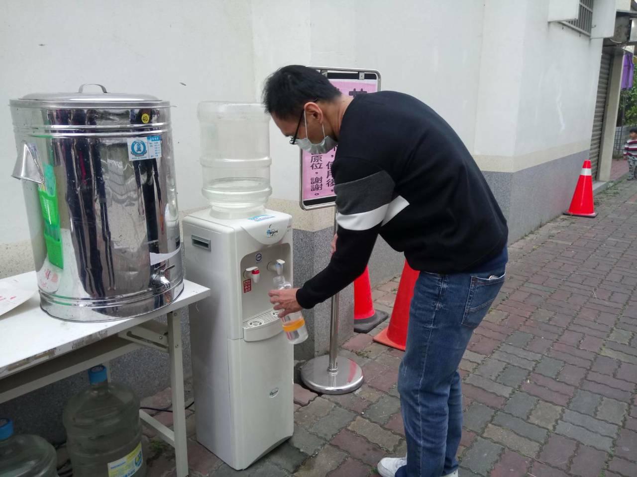 台南崑山國小昨天校慶,現場有環保杯免費借用站及飲用水,避免使用大量一次性塑膠杯或...