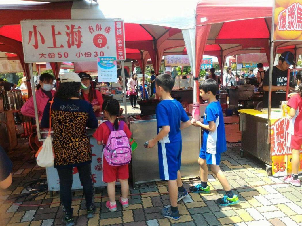台南崑山國小昨天校慶,學生拿著自備餐具,排隊購買餐點。圖/崑山提供