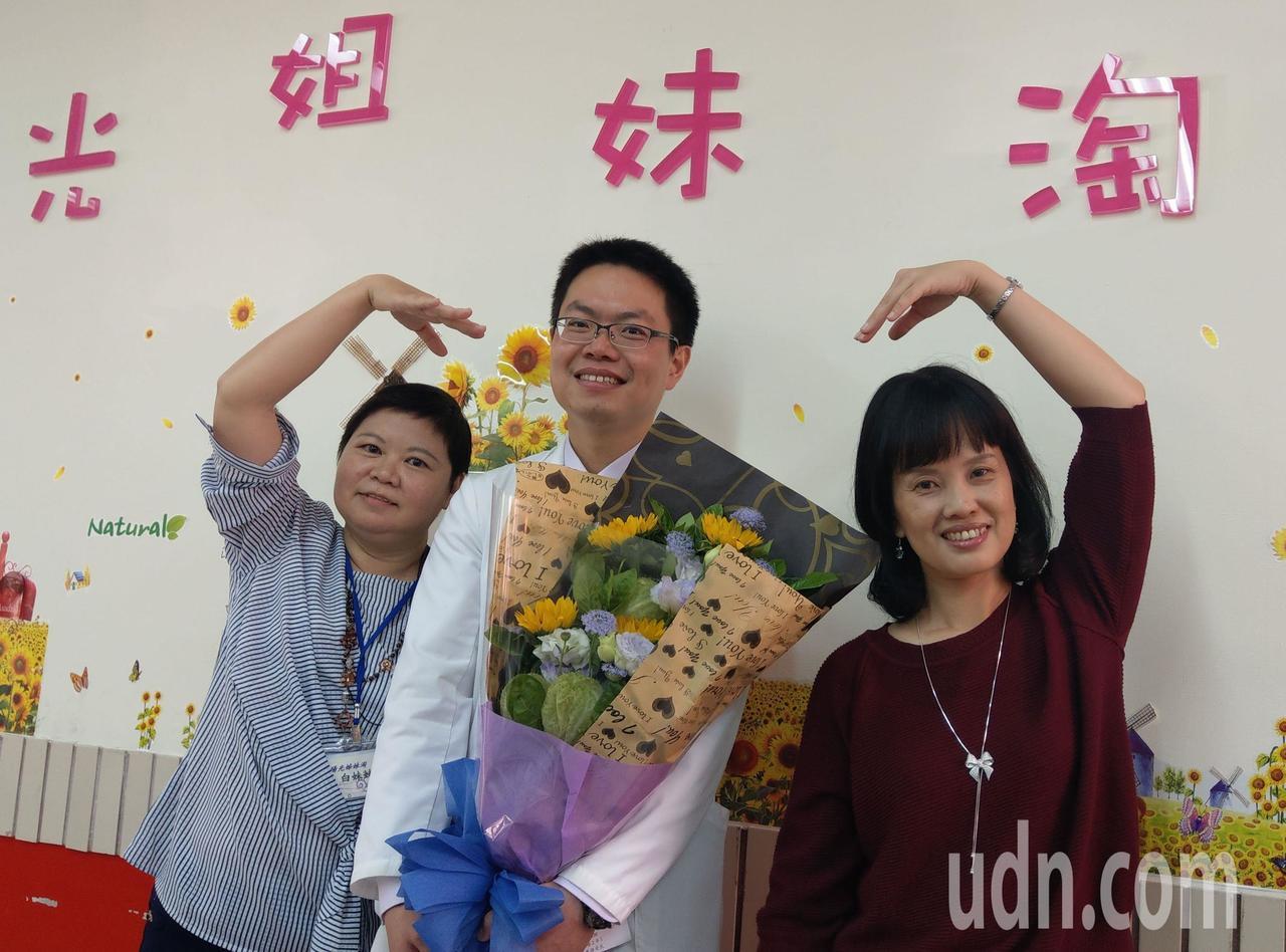 白妹妹(左起)與醫師洪志強合影。記者趙容萱/攝影