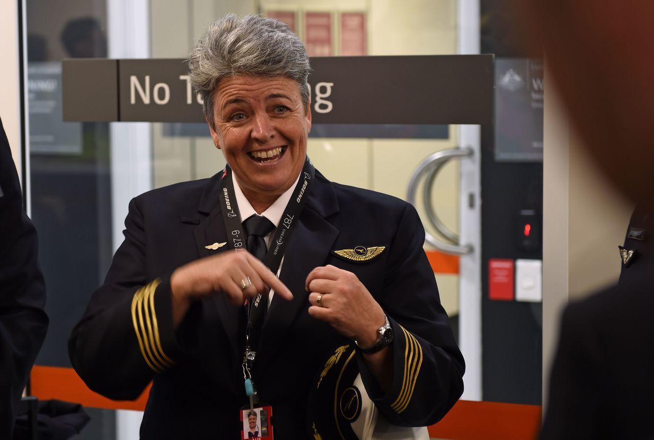 澳航「袋鼠航線」從伯斯直飛英國倫敦的首航班機由女機長麗莎‧諾曼(Lisa Nor...