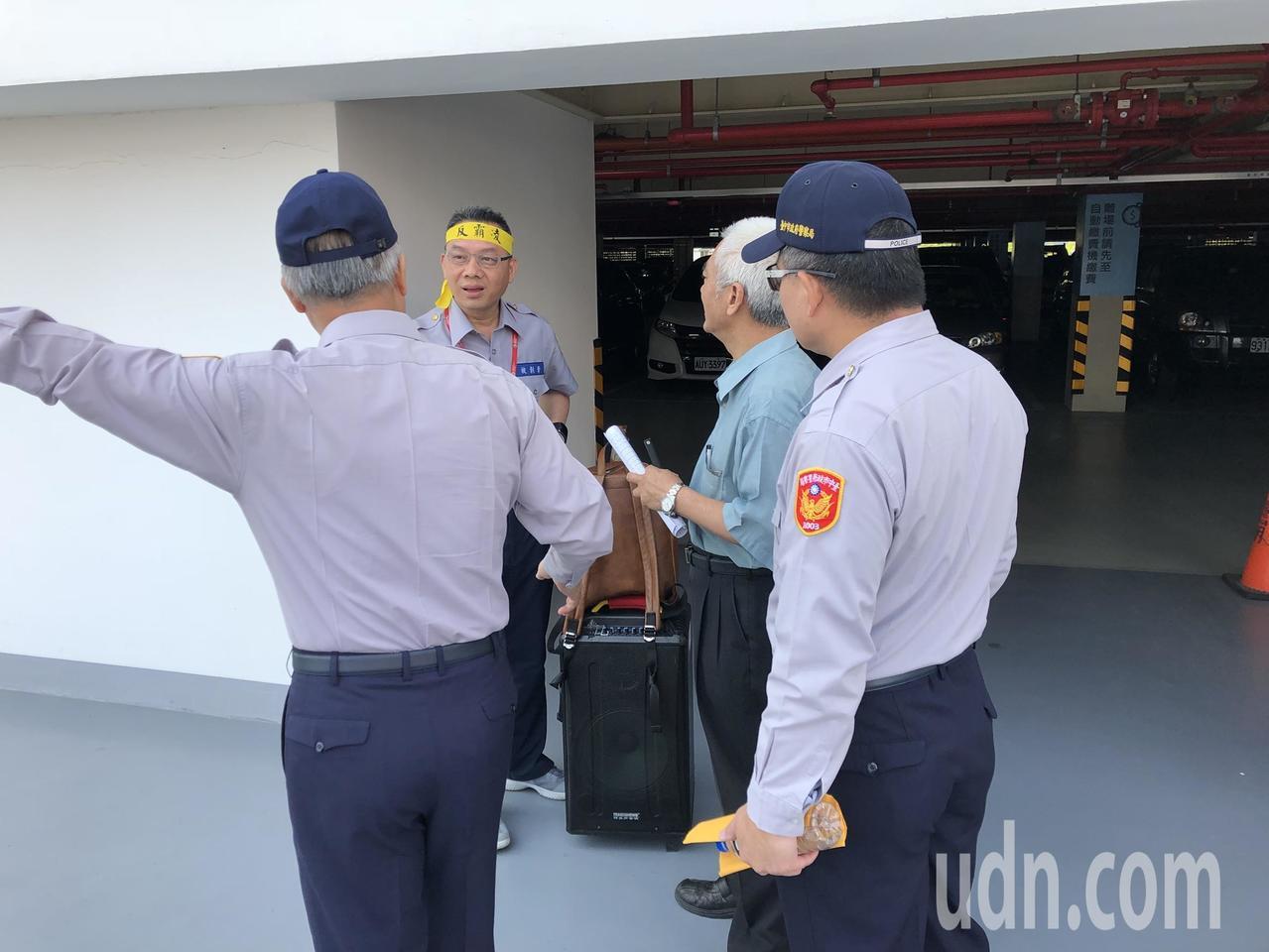 台灣退警協會執行長陳志傑只是拿著大聲公,就被優勢的警力勸離。記者陳宏睿/攝影