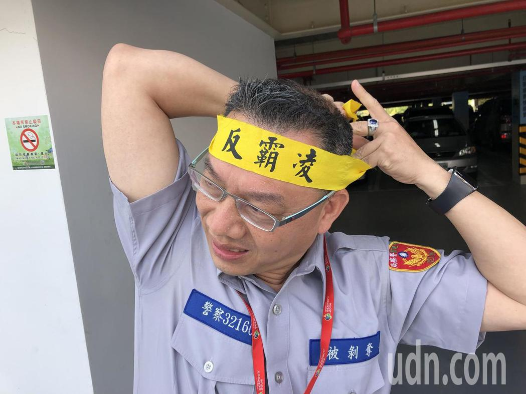 台灣退警協會執行長陳志傑今天到台中洲際棒球場抗議,用制服表達心聲。記者陳宏睿/攝...