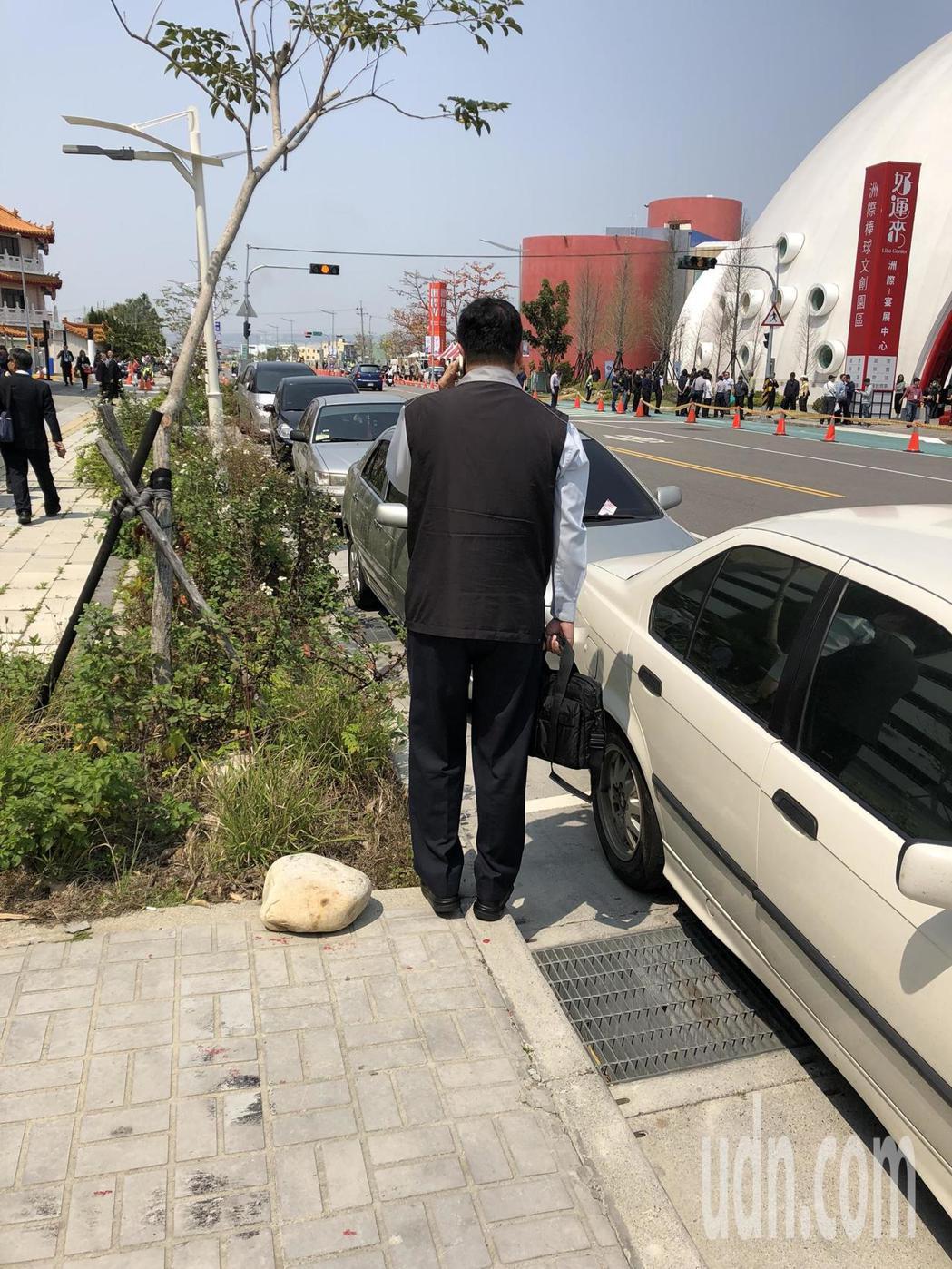 總統蔡英文今天上午到台中洲際棒球場,維安人員隨時回報現場陳抗狀況。記者陳宏睿/攝...