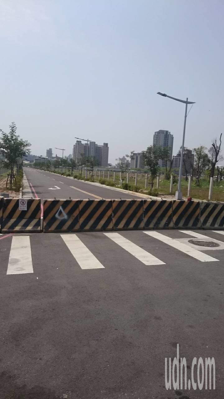 總統蔡英文今天上午到台中洲際棒球場,台中市警局規劃的陳抗區距離會場有300公尺,...