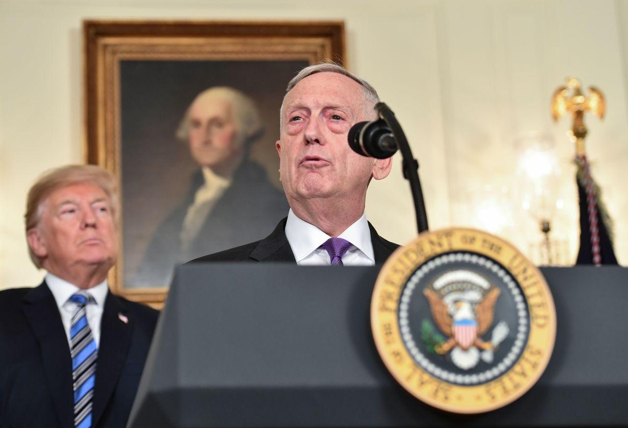 美國國防部長馬提斯(前)23日與川普總統(左後方)一起出席白宮記者會。法新社