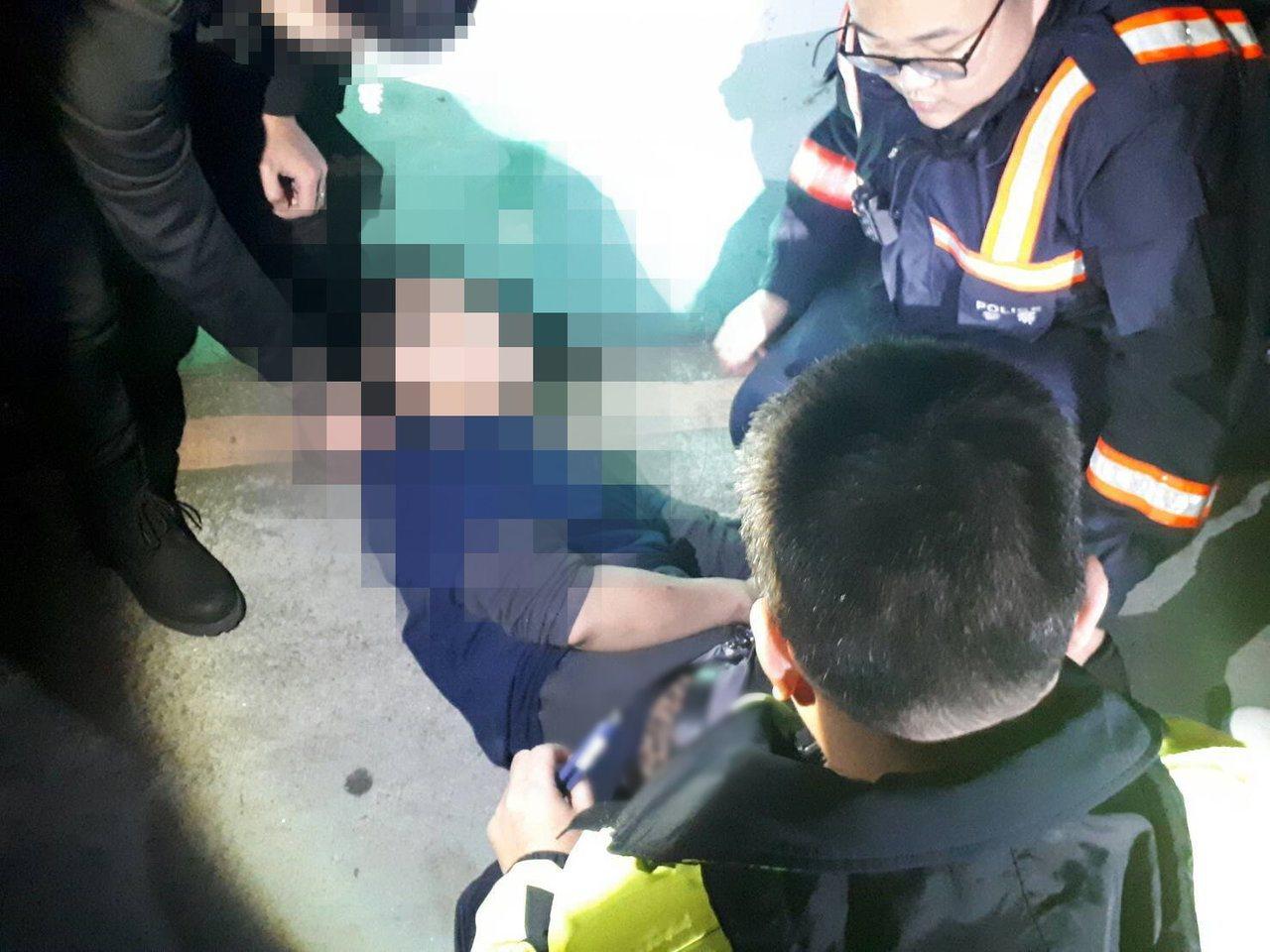 警方趁隙奪刀拉下意圖跳水輕生的男子。 記者林昭彰/翻攝