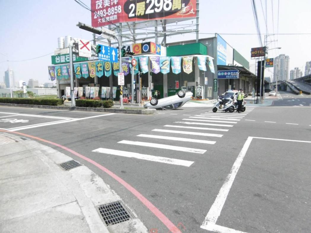 今天上午9時許,葉姓男子駕駛的轎車在台中市西屯區朝馬路、環中路口翻車。記者陳宏睿...