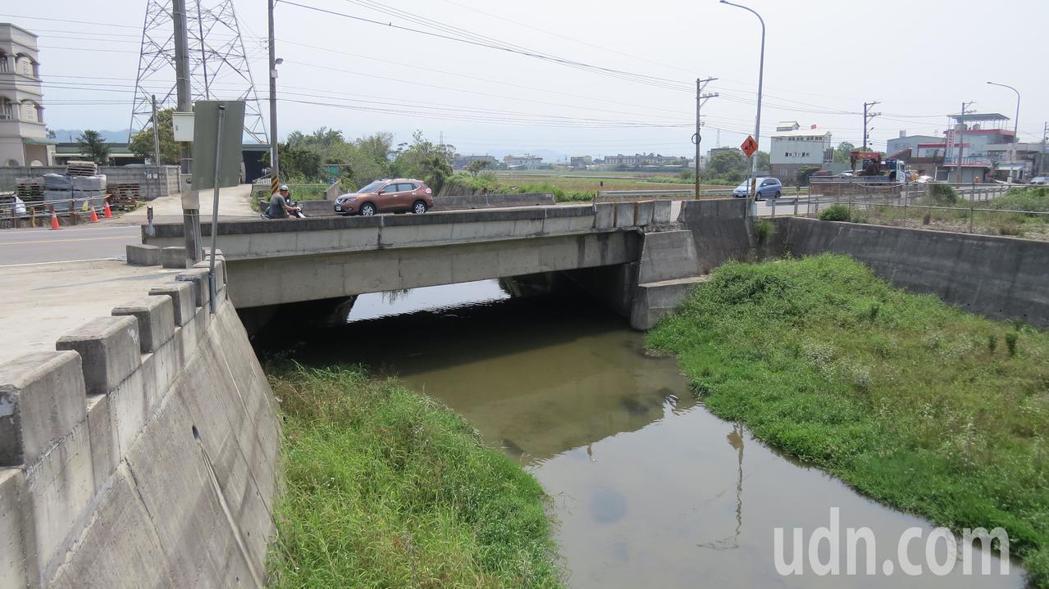 台13甲線改善工程因配合彼岸橋洪水頻率治理計畫,橋及路面設計升高約2公尺,引起民...