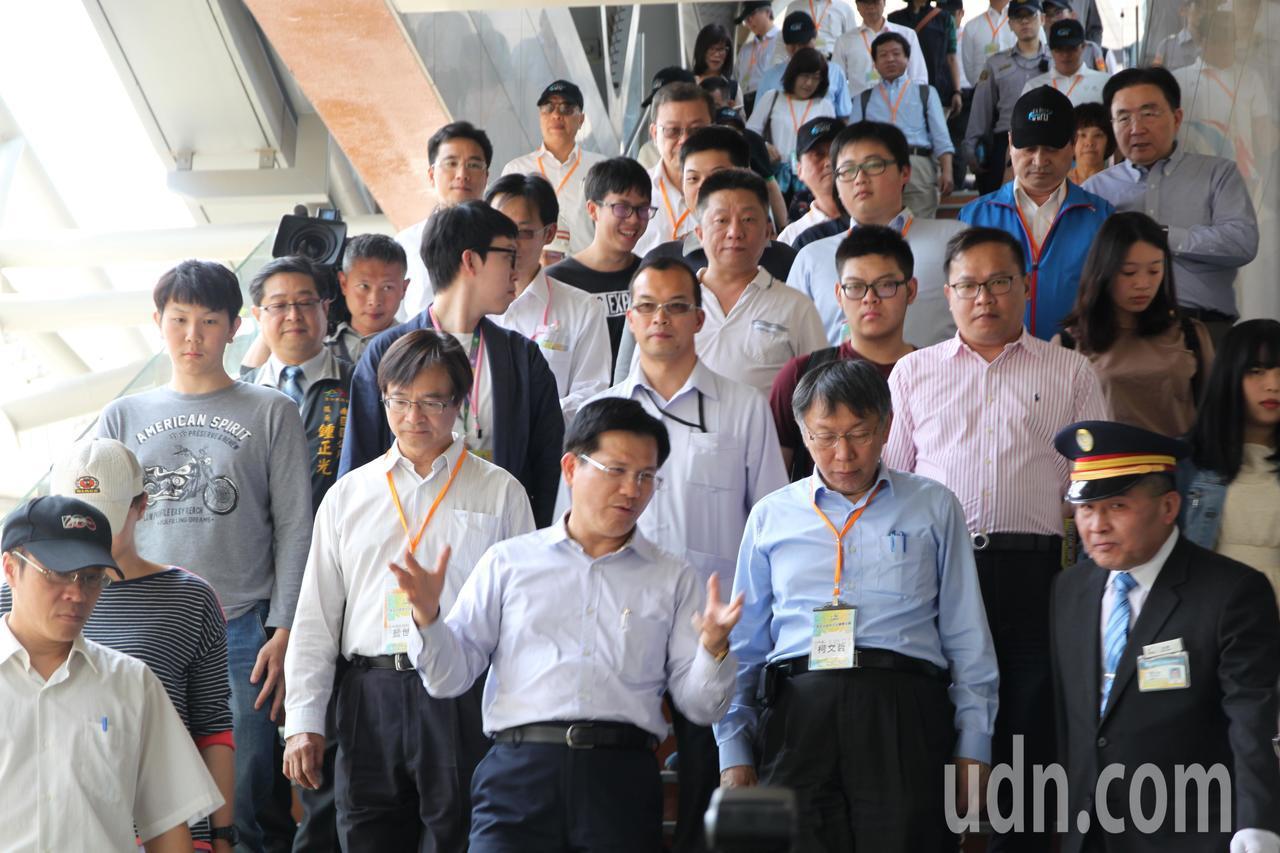 台北市長柯文哲今到台中市參訪,並到台鐵大慶站了解捷運綠線施工。記者黃寅/攝影