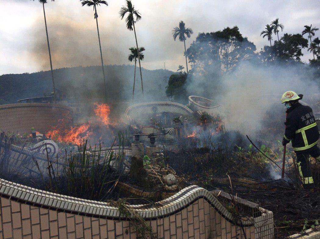 清明連假即將到來,有些家庭提早在這一兩周掃墓,卻也意外讓墓地火警「遍地開花」,消...