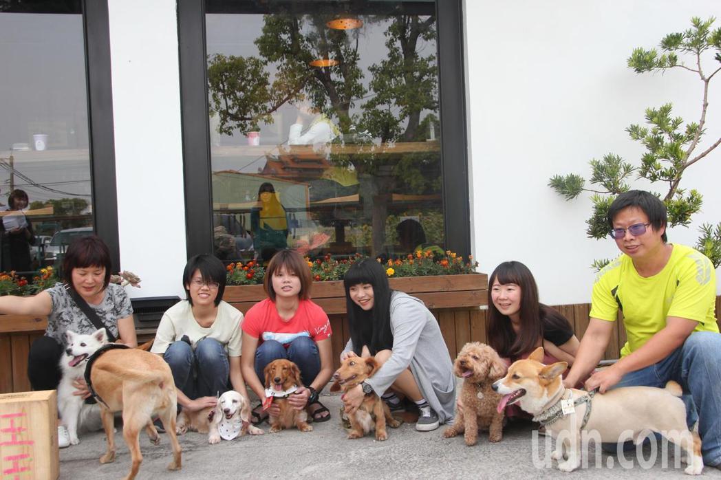 埔心鄉果時手作坊在網路上登高一呼要為狗狗辦party,今天來自各地的狗主人帶著狗...