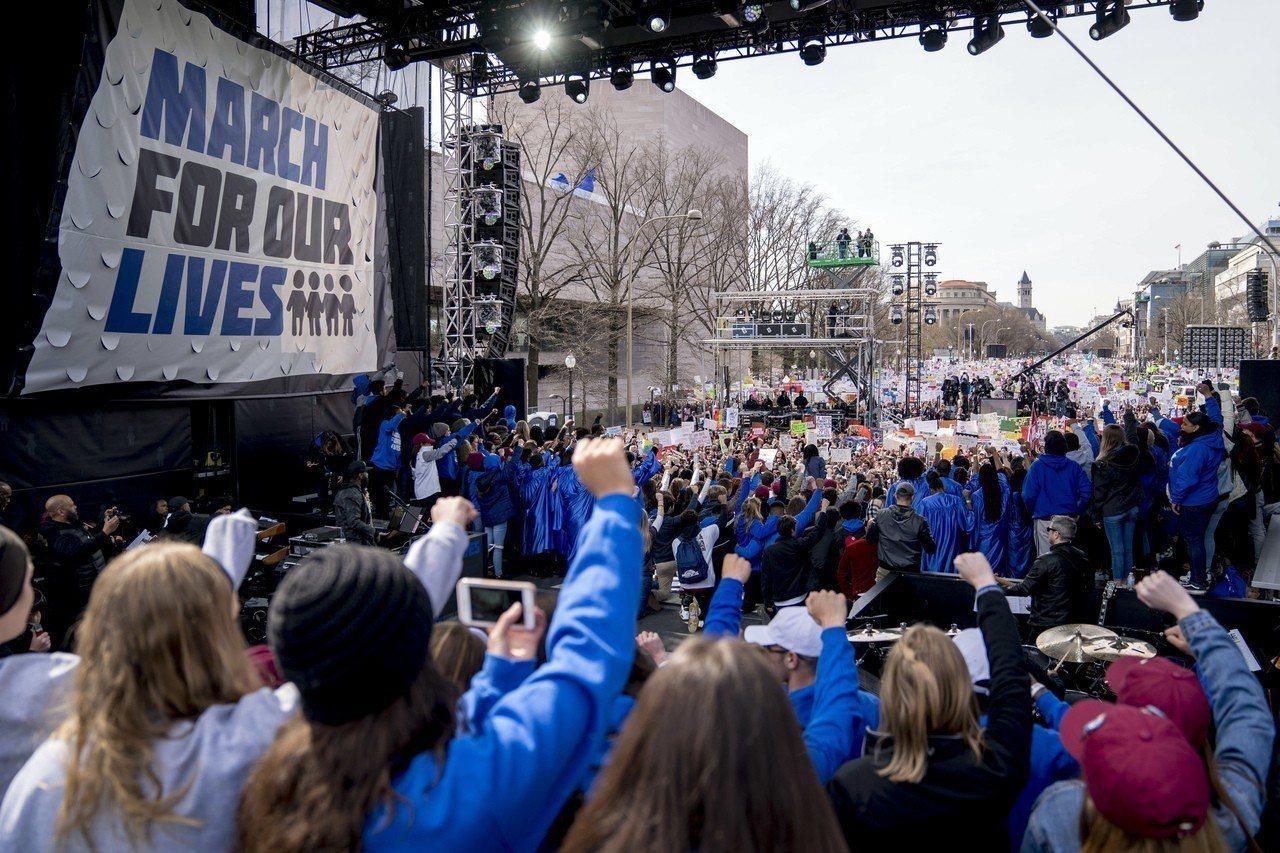 道格拉斯中學槍擊案倖存師生號召的「為我們生命而走」示威活動,2月24日在華府正式...