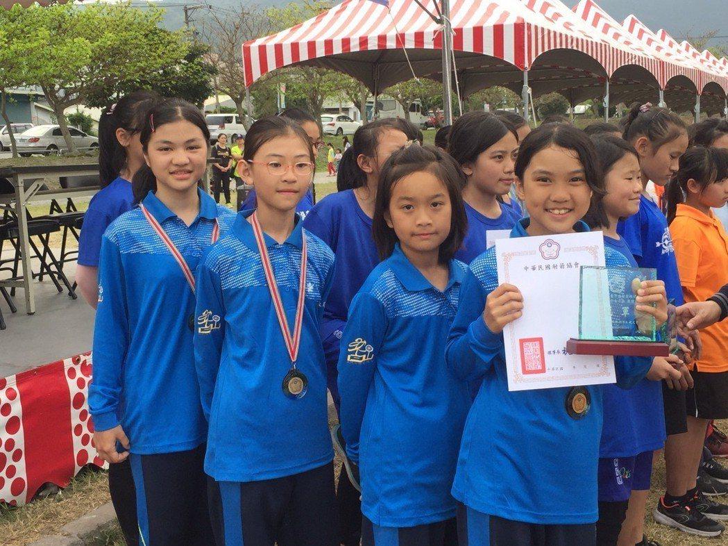 蔡穎萱、顧靜彤、張瑋軒、張琁奪得國小女子組團體冠軍。圖/教育處提供