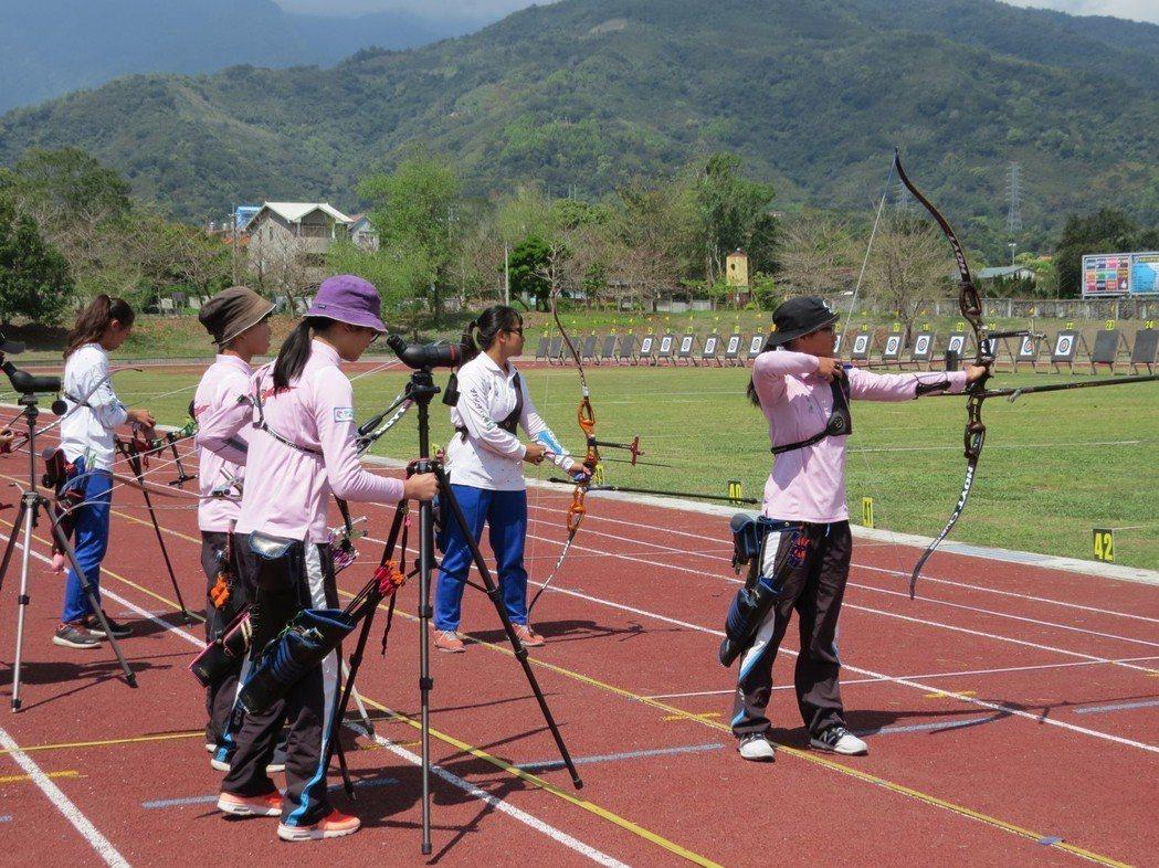 學生蘇思蘋、吳哲朋獲得混雙銀牌。圖/教育處提供
