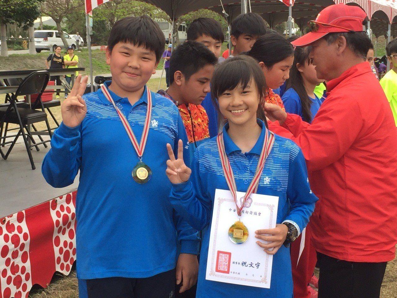 林育淵、林嘉妤國小組混雙冠軍。圖/教育處提供