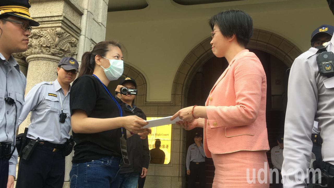 司法院行政訴訟及懲戒廳副廳長蔡惠如(右一)接陳情書。記者林孟潔/攝影