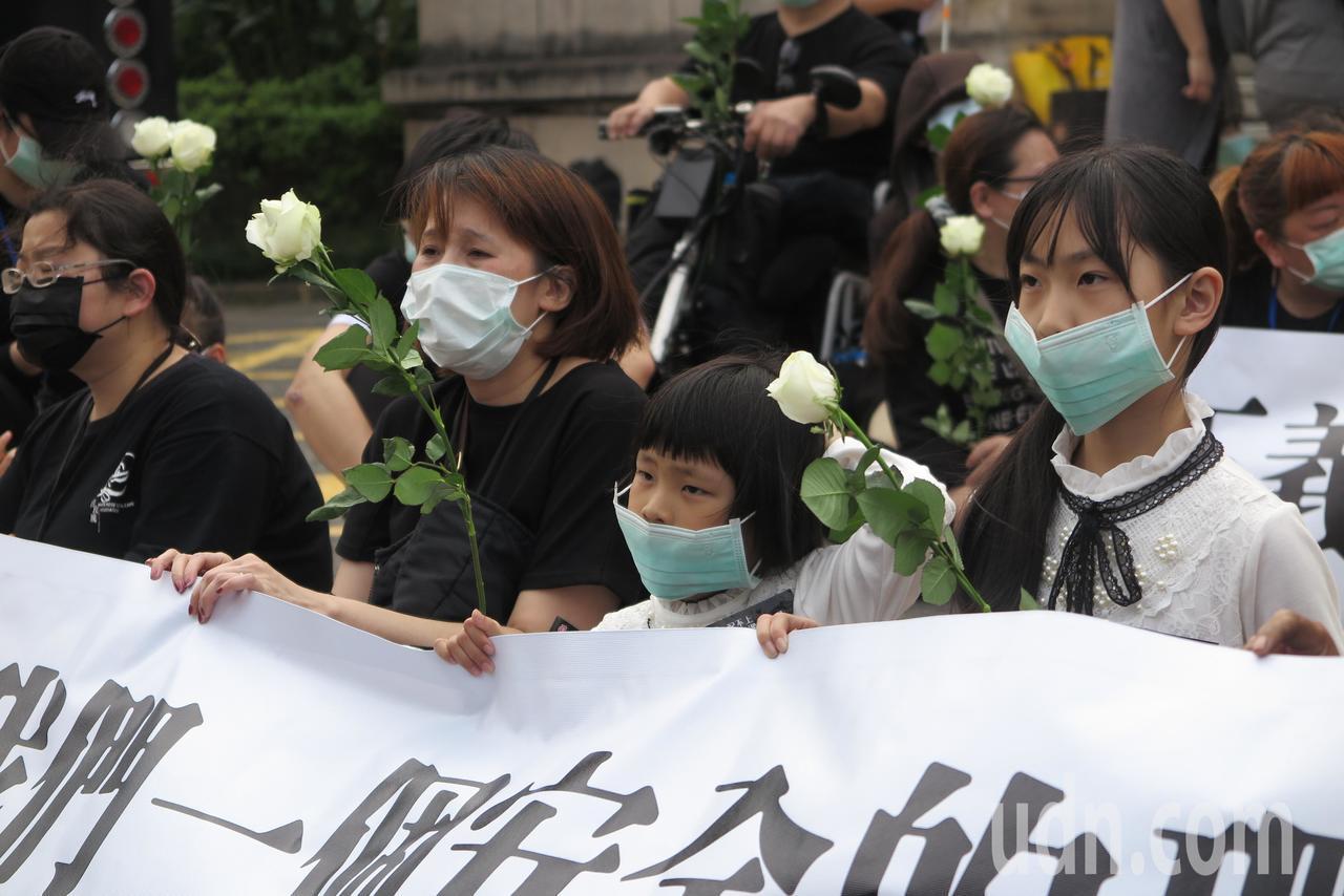 白玫瑰運動聯盟到司法院抗議。記者林孟潔/攝影
