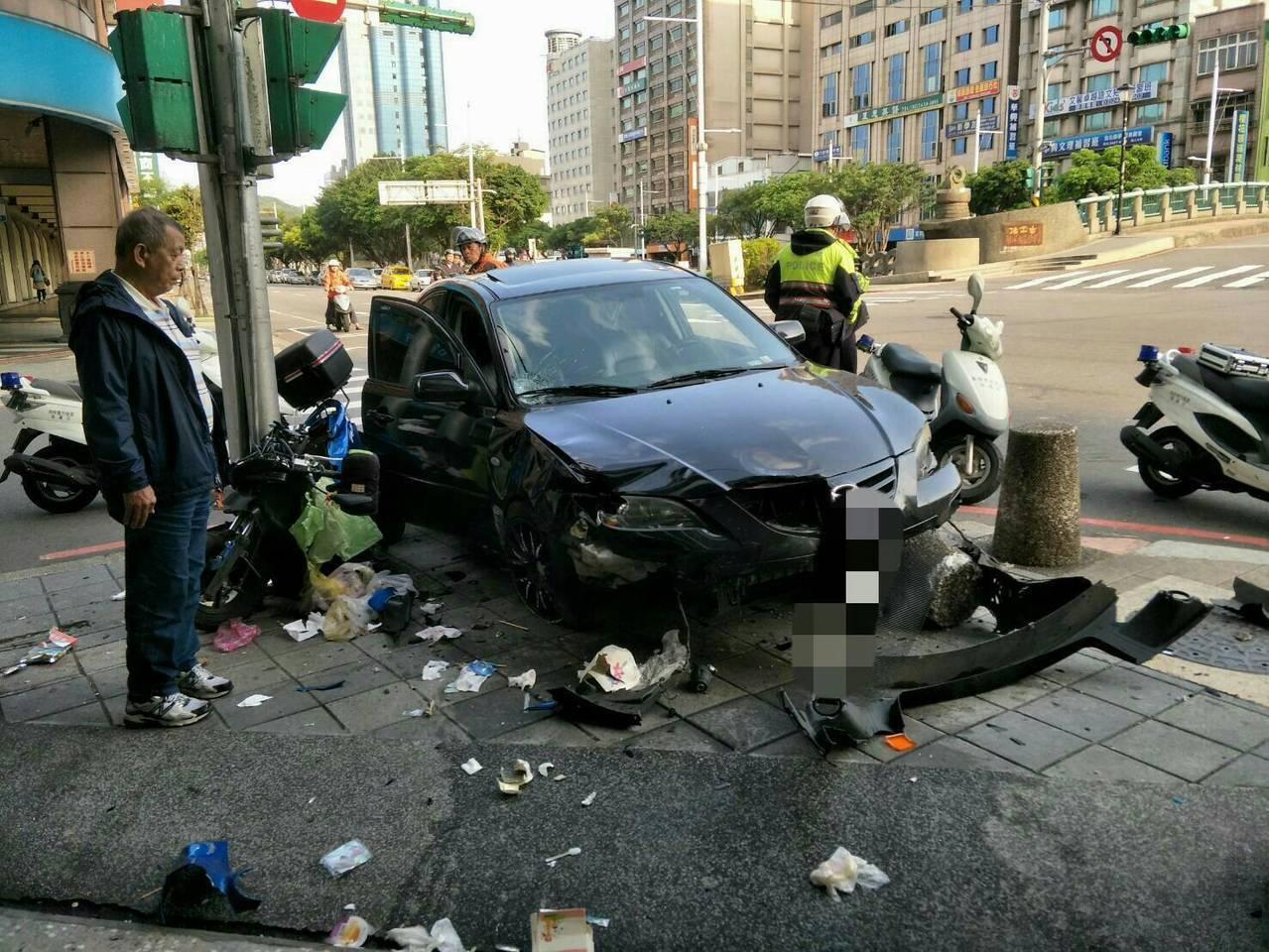 今天早上一輛轎車暴衝,撞上婦人後險些撞進超商。圖/基隆市警局提供