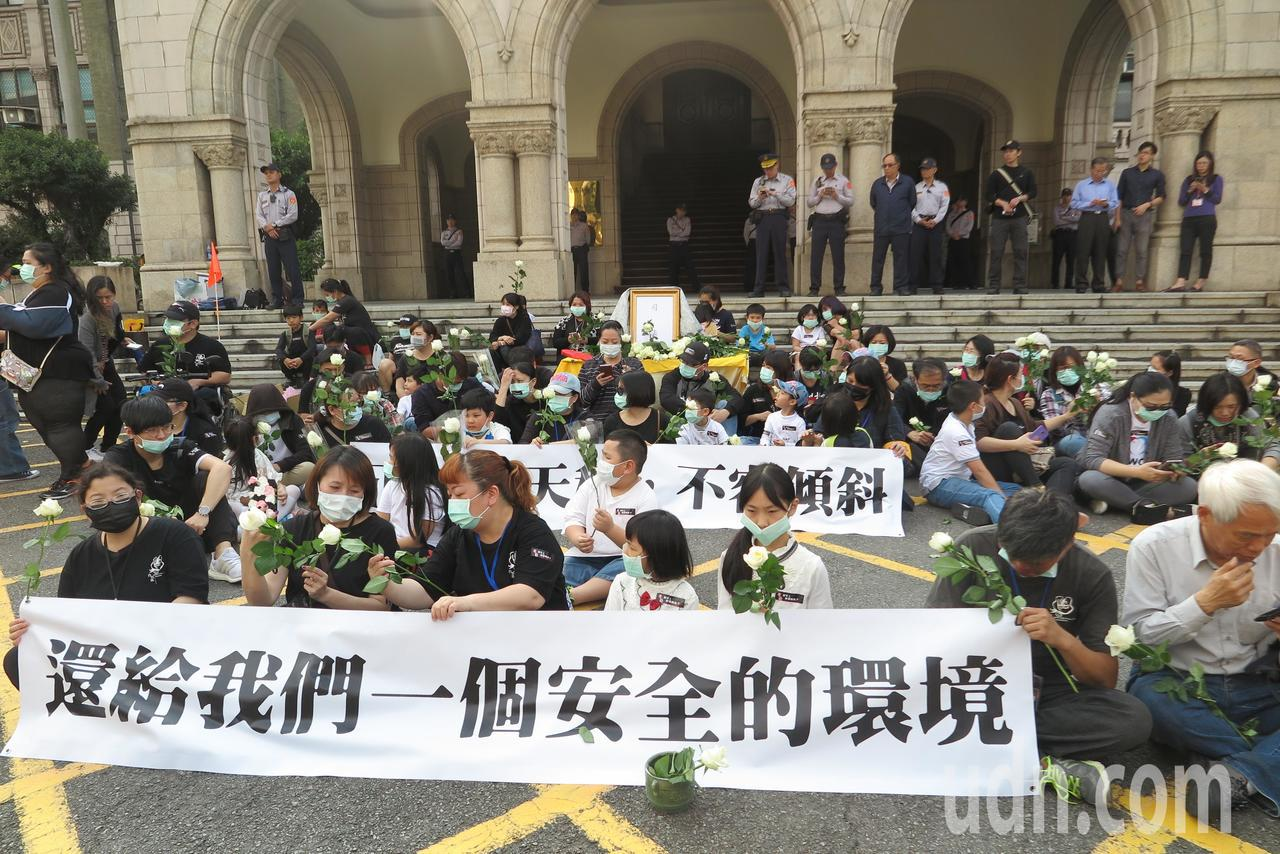 白玫瑰至司法院抗議。記者林孟潔/攝影