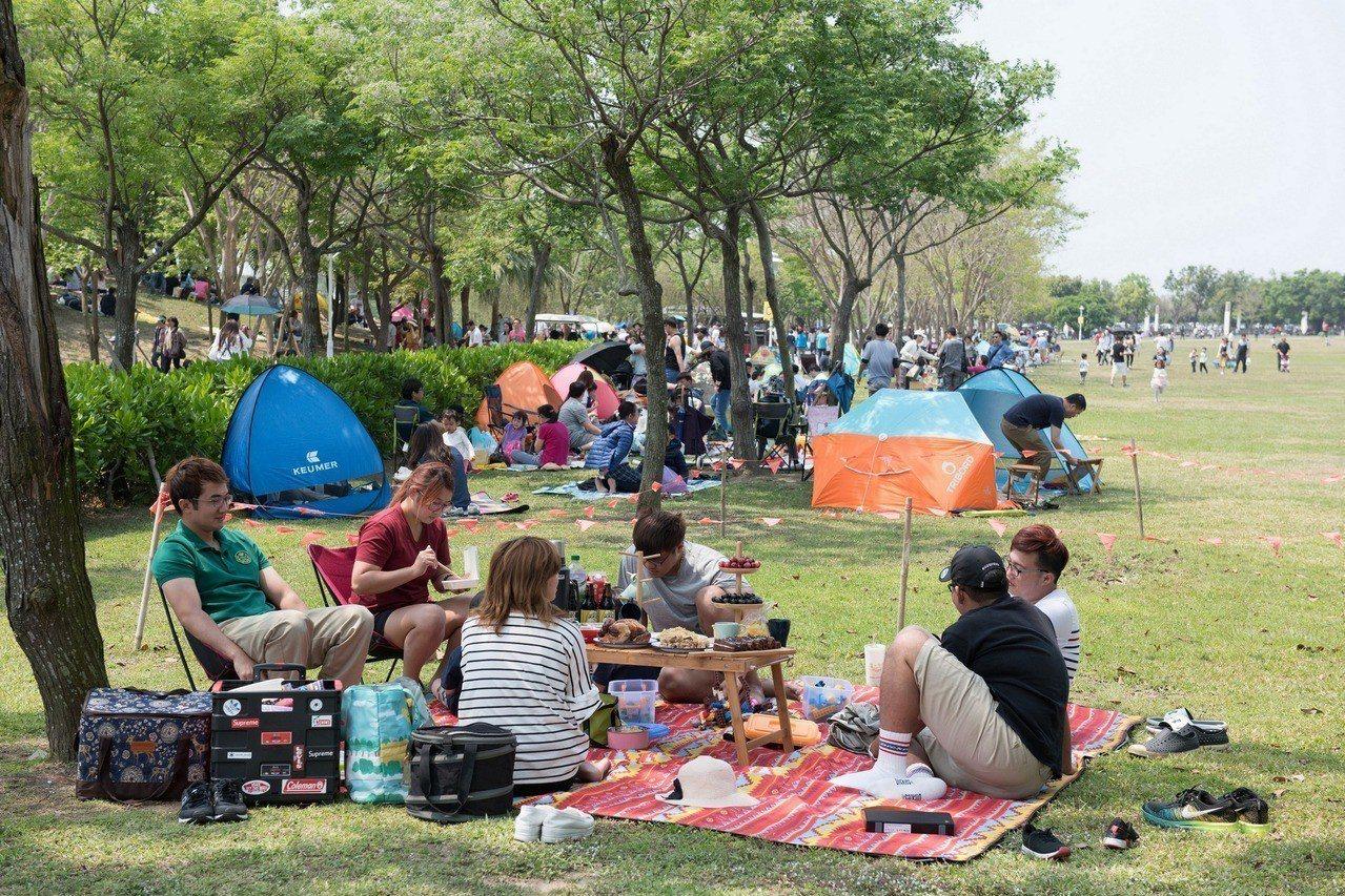 奇美博物館首度舉辦「湖畔野餐日」,吸引上萬民眾一同在草坪上野餐、享受春日陽光。圖...