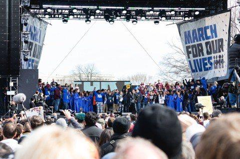 美國佛羅里達州上個月發生校園槍擊案,導致17人死亡及多人受傷,多名生還學生於舊地舉辦反槍械遊行「為我們生命遊行」(March For Our Lives),大量歌影視名人也出席力挺,包括麥莉、亞莉安...