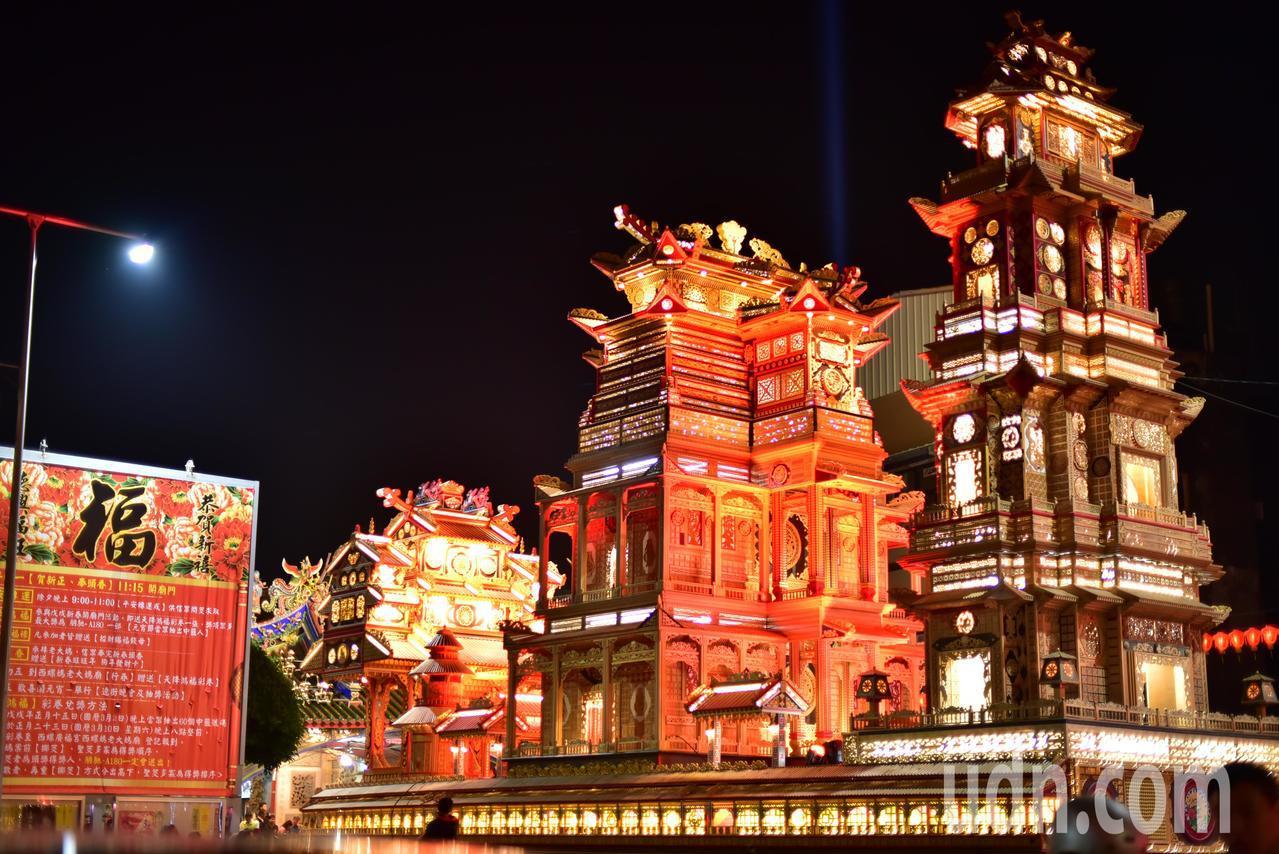 雲林縣府把參加台灣燈會的造型精緻壯麗的寶塔船贈給西螺廣福宮老大媽廟,廟埕啟燈為廟...