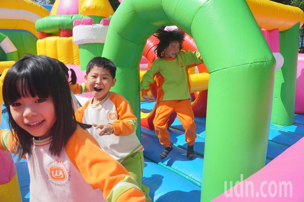 四湖鄉公所打造兒童花燈遊樂世界,提供兒童節一個最佳親子玩樂去處。記者蔡維斌/攝影