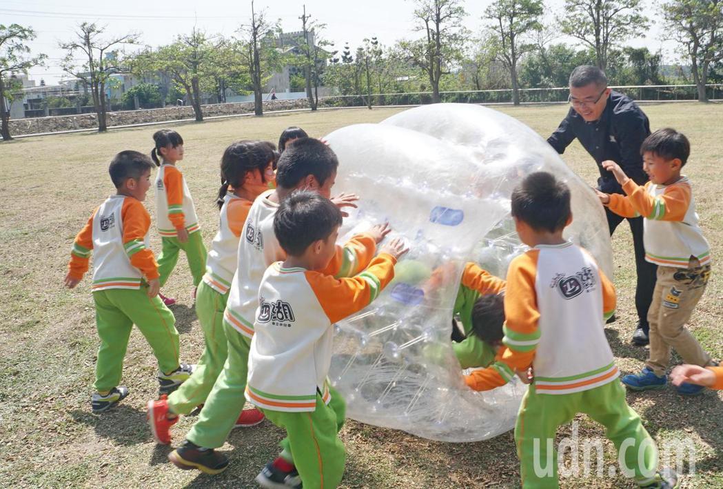 四湖鄉公所打造兒童花燈遊樂世界,提供兒童節一個最佳親子玩樂去處,四湖鄉長蘇國瓏陪...