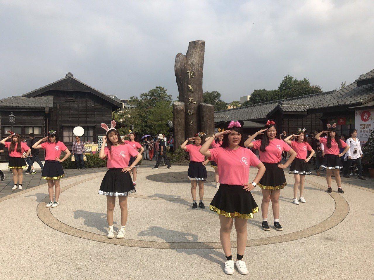 吳鳳科大幼保系在嘉義鬧區歌舞快閃,為學校慶生。圖/讀者提供