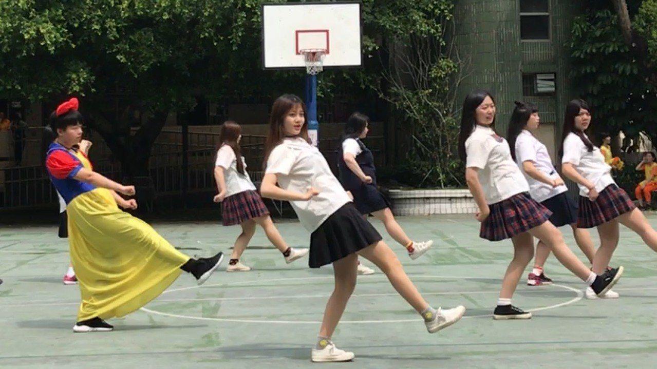 學生們表演展現「熱情、活潑、勇於夢想」。圖/讀者提供