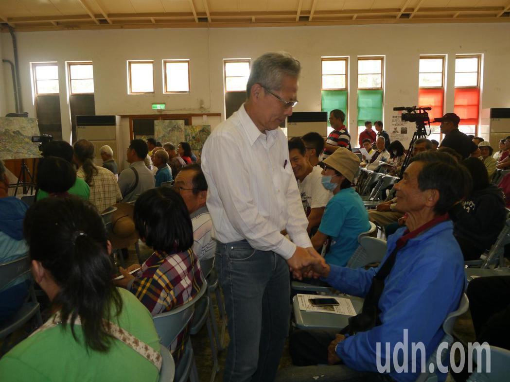 陳玉峯舉辦新書發表會暨環境教育講座,活動開始前一一向聽眾致意。記者徐白櫻/攝影