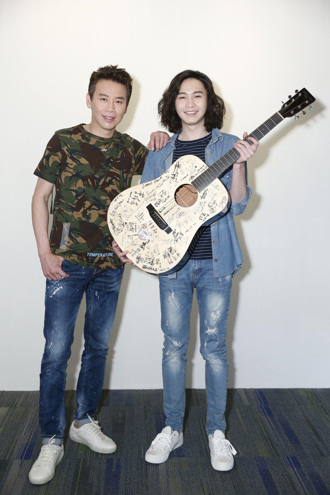 陶喆幫許含光在吉他上簽名。圖/種子提供
