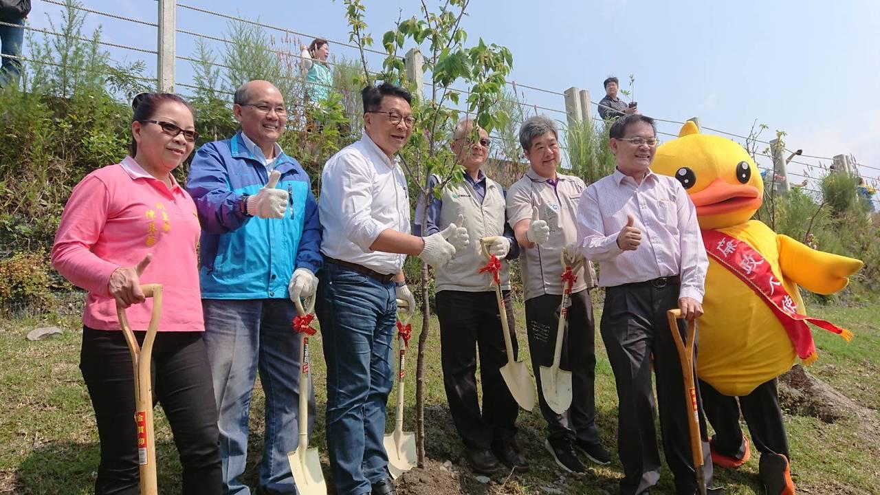 林務局羅東林管處與宜蘭五結鄉公所舉辦植樹活動,栽種吉野櫻及日本女貞等樹種,除了種...