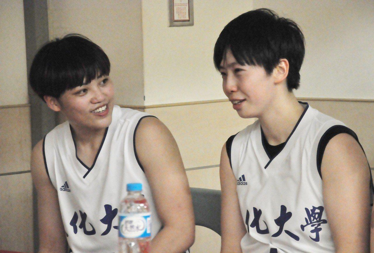 黃柔甄(右)賽後落淚,羅蘋笑著安慰她。 記者曾思儒/攝影