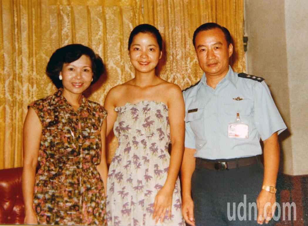 寶島歌后紀露霞(左)、鄧麗君(中)與丈夫高必達。圖/紀露霞提供