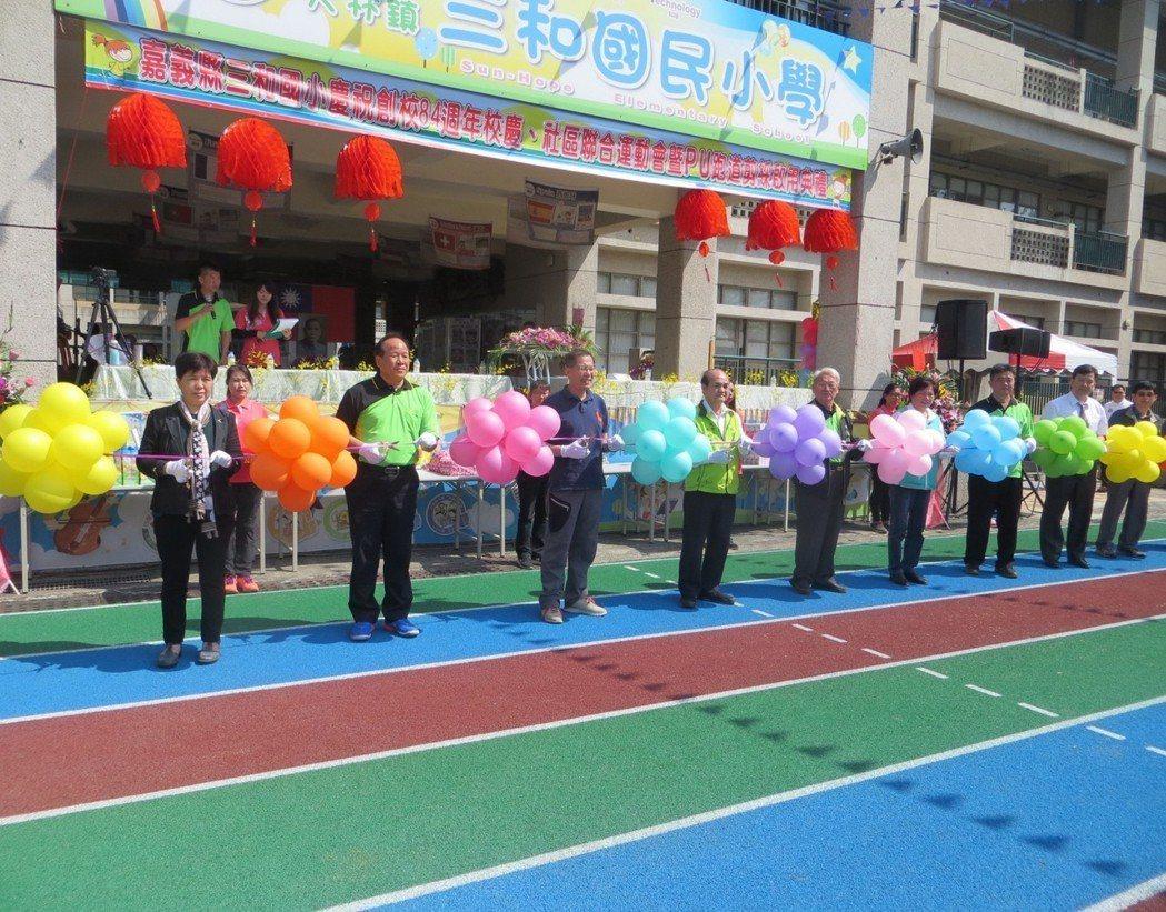 副縣長吳芳銘(前排左三)、代理鎮長葉和平(前排左四)等貴賓們剪彩。圖/讀者提供